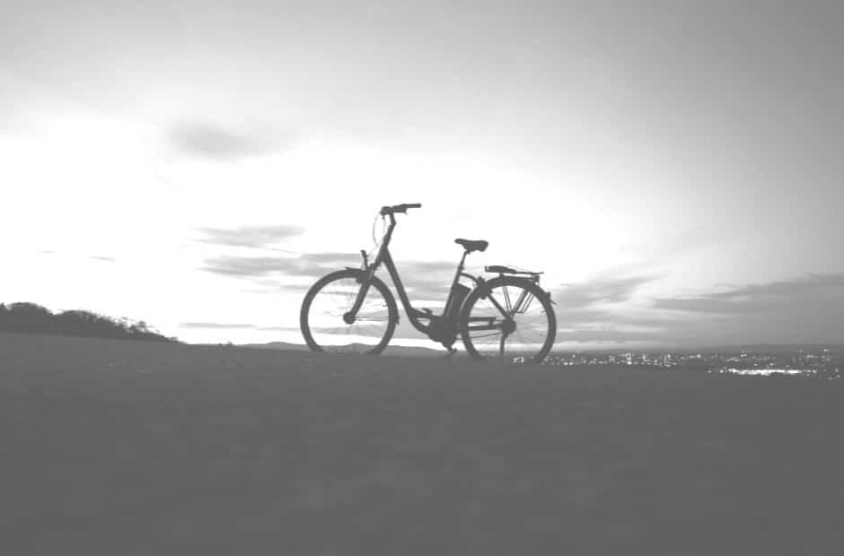 אופניים חשמליים עם גלגלים גדולים – איך גודל הגלגל משפיע על הרכיבה שלכם?